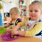 MiniPrzedszkole: Dzieci robią sałatkę owocową