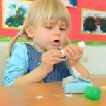 Dzieci robią niebieskie pudełka na skarby